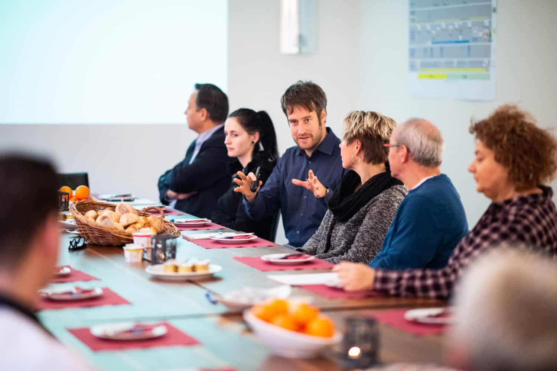 Besprechung beim Teamfrühstueck im RAZ